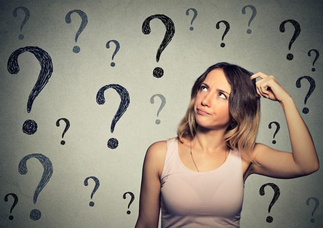 """Inteligencia emocional: que es y como desarrollar tu Inteligencia emocional Cuota Si lo prefieres, ve directo al punto Ocultar 1. Descubra la importancia de la inteligencia emocional en la vida cotidiana y consejos para mejorar sus habilidades en esta área 2. Historia de la inteligencia emocional 3. ¿Qué significa ser emocionalmente inteligente? 4. Los 5 pilares de la inteligencia emocional 4.1. 1. Autoconciencia 4.2. 2. Autorregulación 4.3. 3. Habilidades sociales 4.4. 4. Empatía 4.5. 5. Motivación 5. Cómo aplicar la inteligencia emocional a diario 5.1. Vea también: Descubra la importancia de la inteligencia emocional en la vida cotidiana y consejos para mejorar sus habilidades en esta área. Imagen de Jackson David en Pixabay La inteligencia emocional es un concepto en Psicología que define la capacidad de comprender, identificar y gestionar las propias emociones, así como las emociones de los demás, de forma positiva. En la vida cotidiana, lidiar con las emociones de manera inteligente ayuda a aliviar el estrés, comunicarse de manera efectiva, desarrollar la empatía, superar los desafíos y neutralizar los conflictos. Además, la inteligencia emocional es una herramienta que ayuda a construir relaciones sólidas, lograr el éxito académico y profesional y lograr diferentes metas. También es útil para tomar decisiones y resolver problemas cotidianos, además de ayudar a crear un entorno saludable para usted y los demás. No existe una prueba o una escala psicométrica validada para la inteligencia emocional. Por ello, muchos argumentan que no sería una construcción real, sino una forma de describir habilidades socioemocionales que dan cuenta de otros nombres. A pesar de estas críticas, el concepto de inteligencia emocional ha ganado una amplia aceptación en varias áreas, incluidas las empresas y las escuelas. Historia de la inteligencia emocional En la década de 1930, el psicólogo Edward Thorndike describió el concepto de """"inteligencia social"""" como la capacidad de relacio"""
